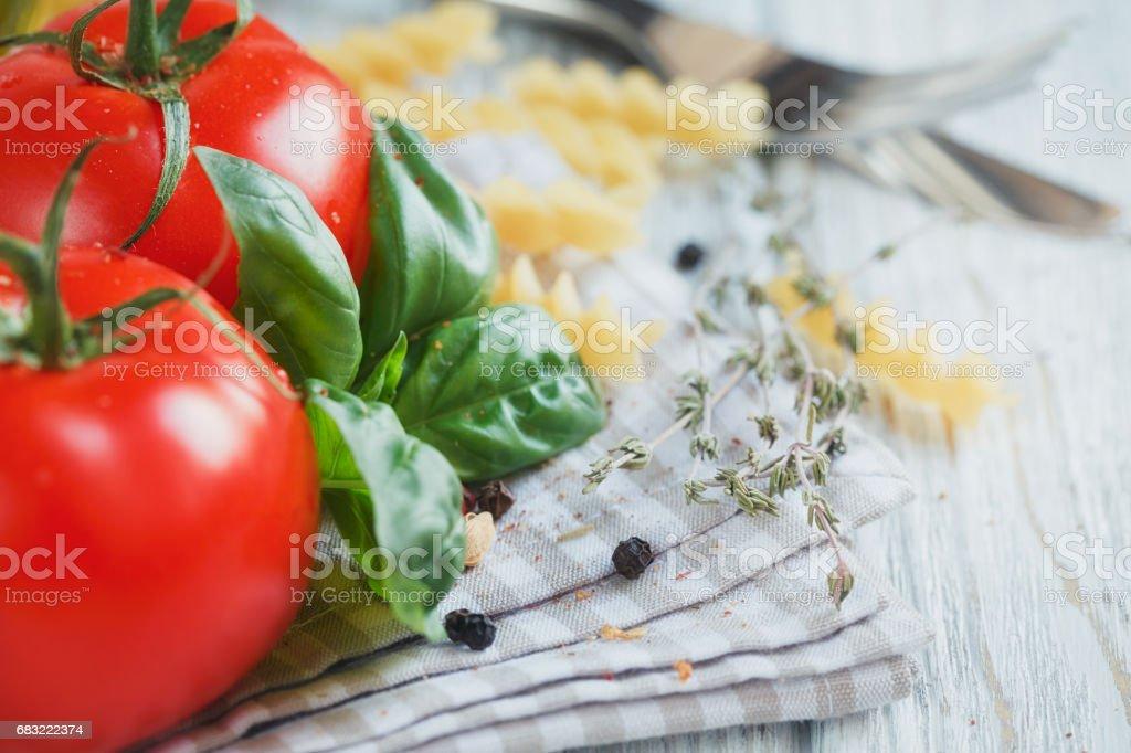 이탈리아 요리는 토마토, 바 질, 파스타, 올리브 오일, 후추, 칠리 후추와 백 리 향와 배경. royalty-free 스톡 사진