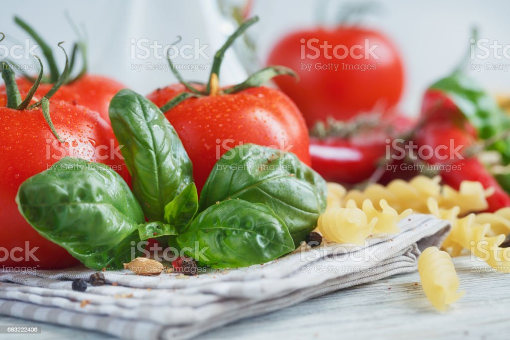 Italienisches Essen Hintergrund mit Tomaten, Basilikum, Nudeln, Olivenöl, Pfeffer, Chili-Pfeffer und Thymian Lizenzfreies stock-foto
