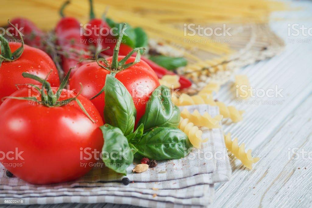 義大利食品背景與番茄、 羅勒、 麵食、 橄欖油、 花椒、 辣椒和百里香。 免版稅 stock photo