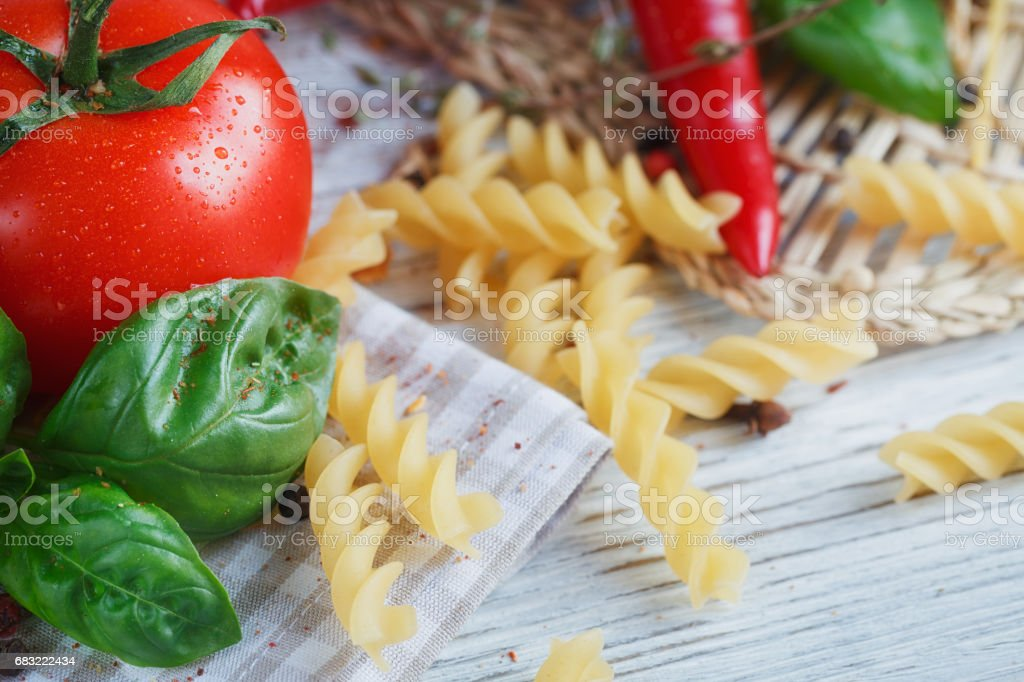 Italian food background with tomatoes, basil, pasta, olive oil, peppercorns, chili pepper and thyme. foto de stock royalty-free