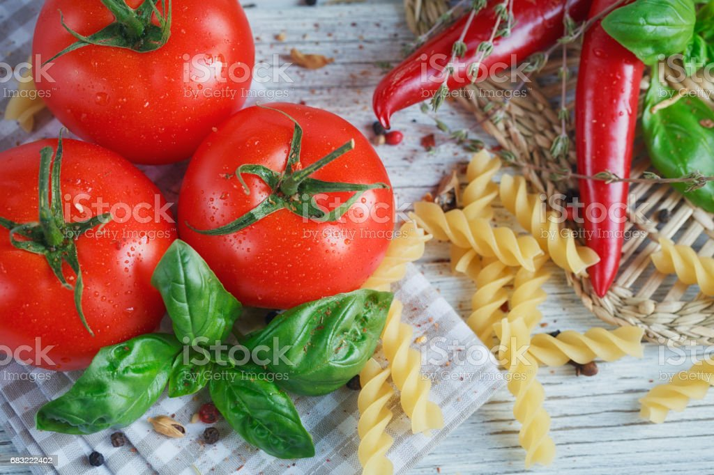 Italian food background with tomatoes, basil, pasta, olive oil, foto de stock royalty-free