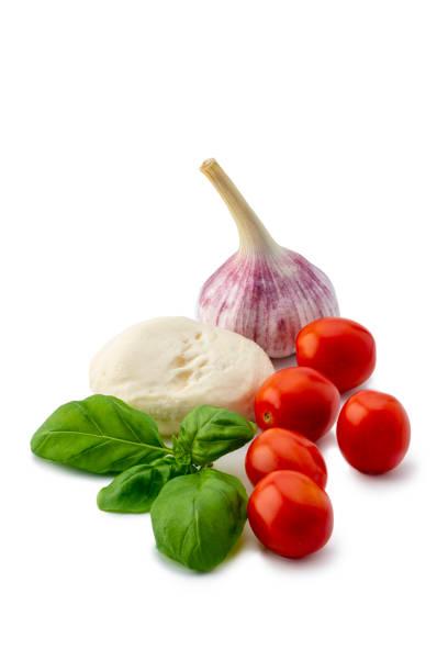Italienische Küche: Caprese Salat Zutaten isoliert auf weißem Hintergrund – Foto