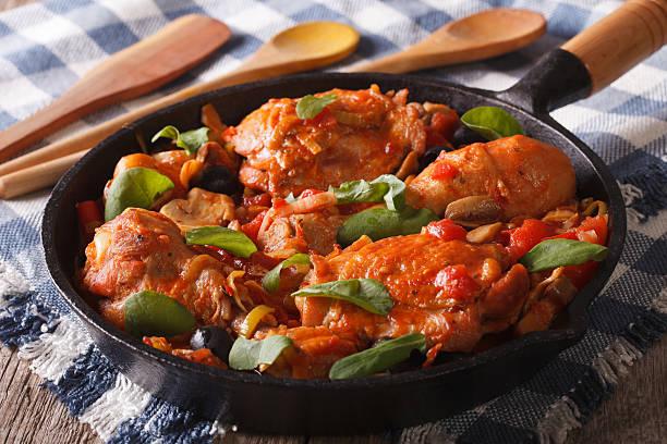 italian food: chicken with tomato and vegetables. horizontal - paprika hähnchen stock-fotos und bilder