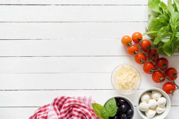 i̇talyan gıda katkı maddeleri kopya alanı metin için beyaz masada yemek pişirmek için - i̇talyan kültürü stok fotoğraflar ve resimler