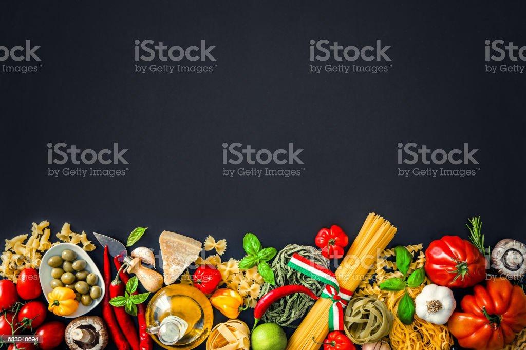 Ingrédients de la cuisine italienne sur fond ardoise - Photo