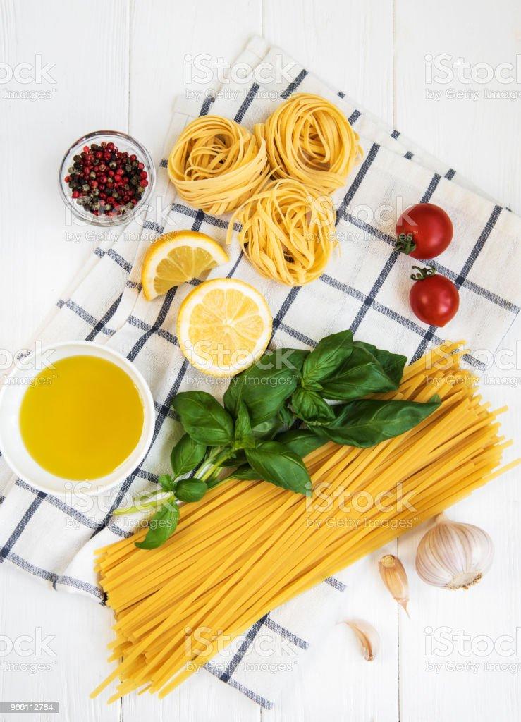 Italiensk matingredienser - Royaltyfri Basilika - Ört Bildbanksbilder