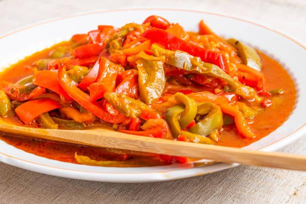 Comida italiana - peperonata de pimentas, cebola e tomate, em close-up um prato grande - foto de acervo