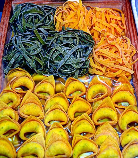 italienische essen - pasta deli stock-fotos und bilder