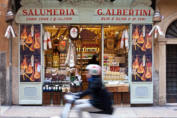 italian food store in verona, italien - pasta deli stock-fotos und bilder