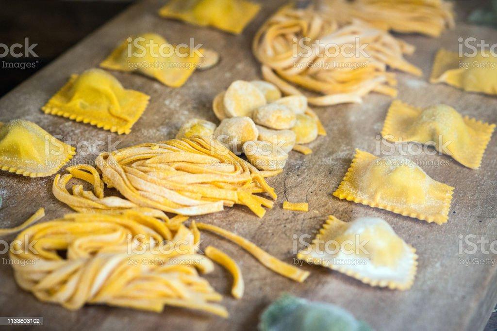 Italian fresh pasta and tortellini ravioli - Foto stock royalty-free di Alimentazione sana