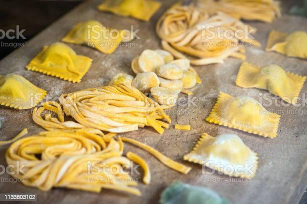 Italian Fresh Pasta And Tortellini Ravioli - Fotografie stock e altre immagini di Alimentazione sana