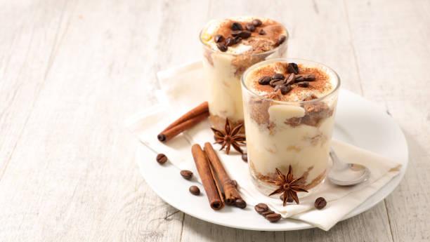 italienische gourmet tiramisu - weihnachtlich tiramisu stock-fotos und bilder
