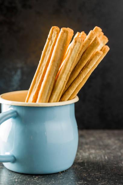 breadsticks grissini italianos. saboroso lanche grissini. - palitinho - fotografias e filmes do acervo