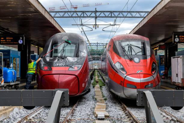 Italienische Hochgeschwindigkeitszug - Wartung Worker Vorbereitung moderner elektrischer Hochgeschwindigkeitszug bereit für die nächste Abfahrt auf einer Plattform in Rom Termini Bahnhof. Rom, Italien. – Foto