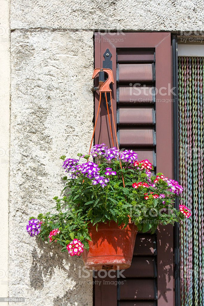 Italian house exterior decorated with flowers in a pot photo libre de droits