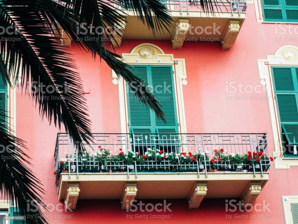 Casa Italiana Ventanas Y Balcón Decoración Con Una Mezcla De