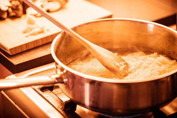 italienische küche - silberzwiebeln stock-fotos und bilder