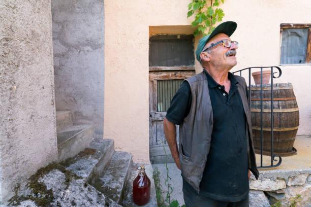 Hombre italiano en su bodega - foto de stock