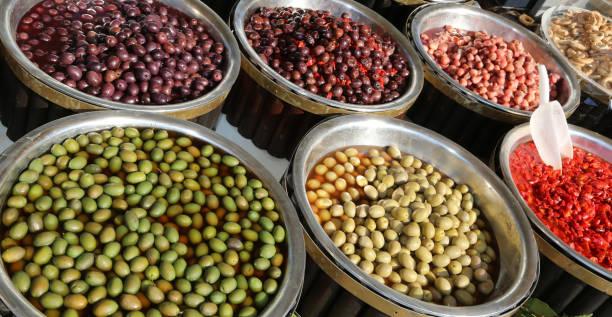 italienischen marktstand mit oliven und peperoni zum verkauf - besteck günstig stock-fotos und bilder