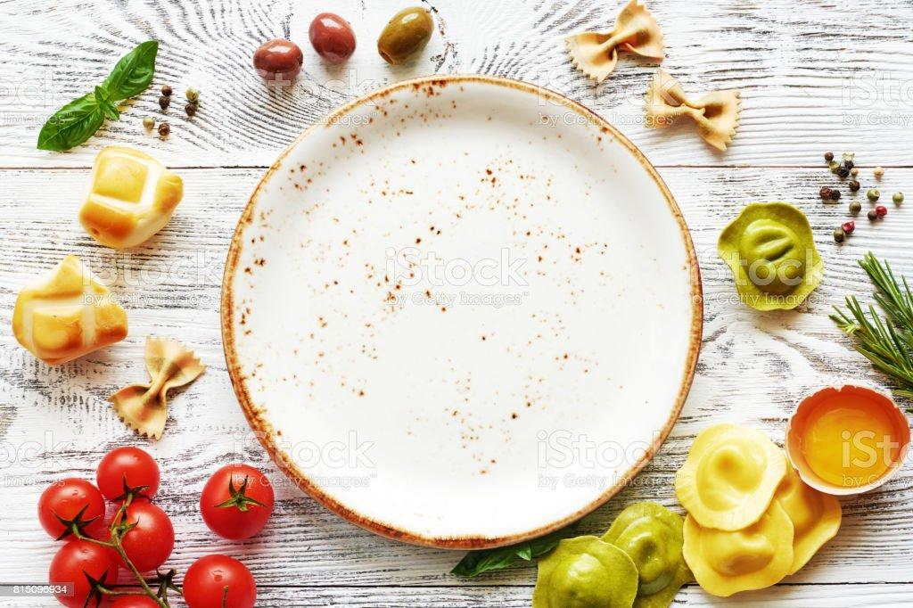 Italienisches Essen Essen Rahmen mit leeren Teller. – Foto