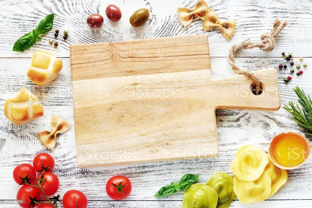Italienisches Essen Zutaten und leere Holzbrett. – Foto