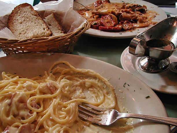 italienische essen - pasta cabonara stock-fotos und bilder