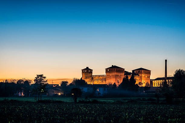 italian medieval castle of Soncino at sunset foto