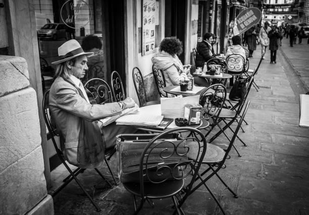 italienische männer gekleidet wie herr schilf die morgenzeitungen im kleinen gemütlichen café gartentisch in genua, italien - italienische lebensart stock-fotos und bilder
