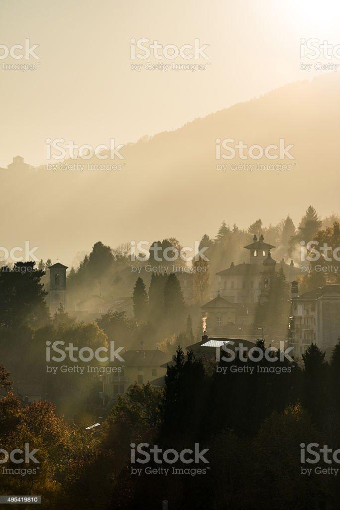 Italian ciudad de montaña otoño misty paisaje - foto de stock