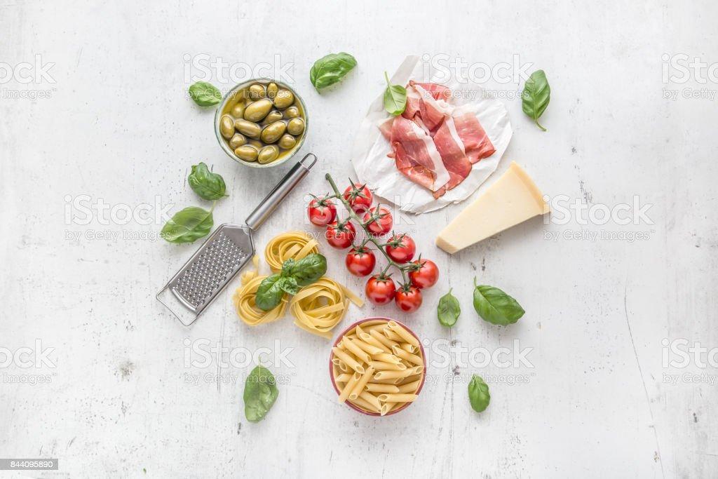 Italienische Und Mediterrane Küche Und Zutaten Auf Weißem Beton ...