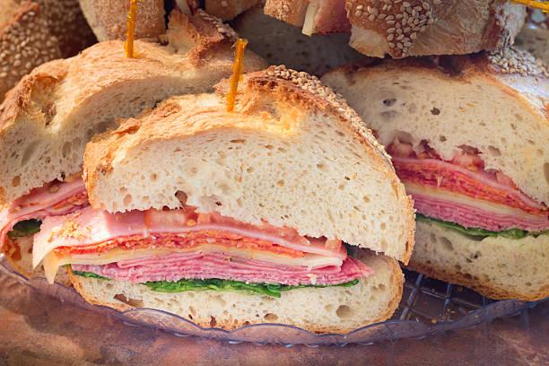 sándwich de italiano - tienda delicatessen fotografías e imágenes de stock