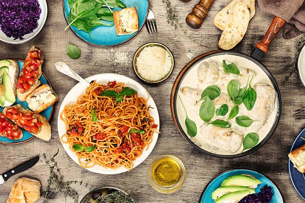 italian pasta and pan with chicken breast in cream sauce - gesunde huhn pasta stock-fotos und bilder