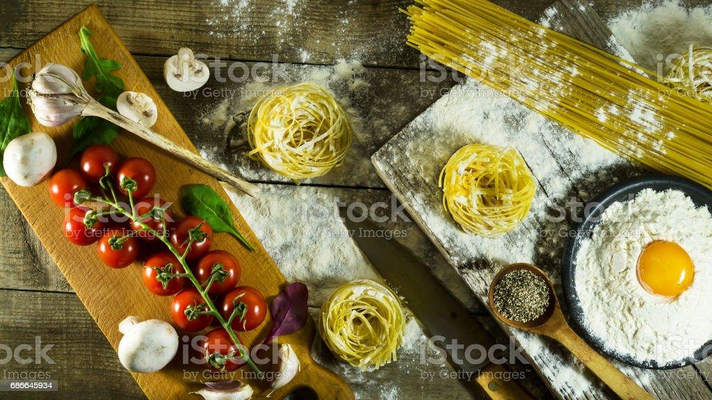 Italienische Pasta, Mehl und rohes Ei auf einem rustikalen Holztisch. Lizenzfreies stock-foto