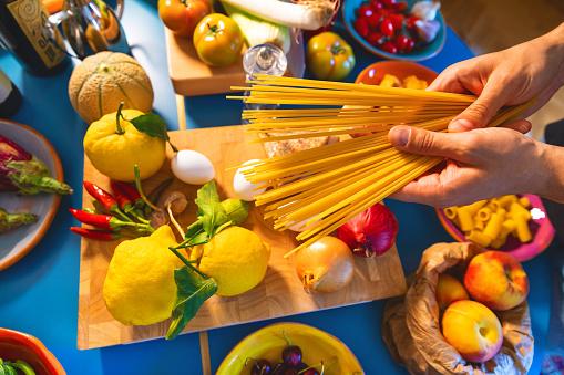 Italian Pasta Spaghetti - Fotografie stock e altre immagini di Aglio - Alliacee