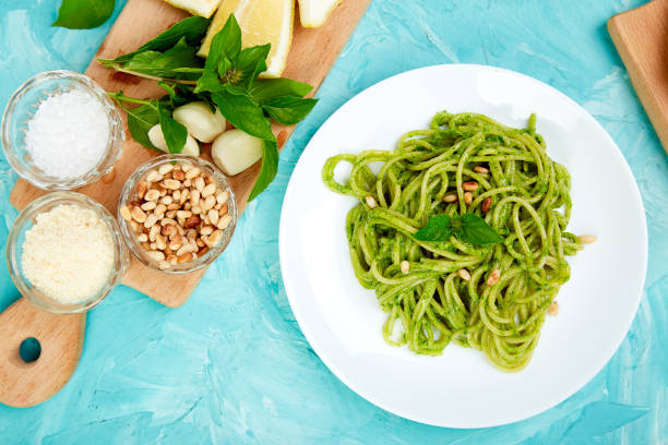 Italienische Pasta Spaghetti mit hausgemachtem Basilikum-pesto – Foto