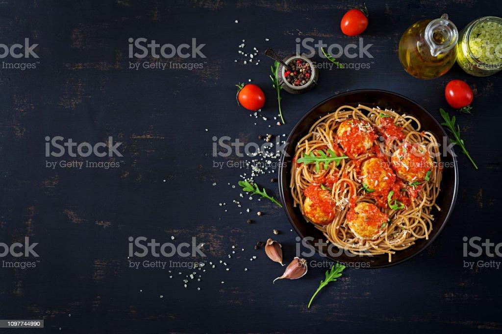 İtalyan makarna. Köfte ve parmesan peyniri karanlık rustik ahşap arka plan üzerinde siyah plaka spagetti.  Akşam yemeği. Üstten görünüm. Yavaş gıda kavramı - Royalty-free Ahşap Stok görsel