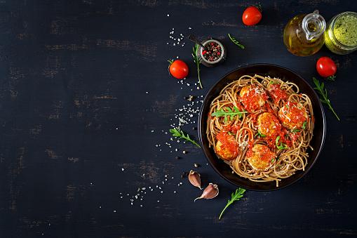 İtalyan Makarna Köfte Ve Parmesan Peyniri Karanlık Rustik Ahşap Arka Plan Üzerinde Siyah Plaka Spagetti Akşam Yemeği Üstten Görünüm Yavaş Gıda Kavramı Stok Fotoğraflar & Ahşap'nin Daha Fazla Resimleri