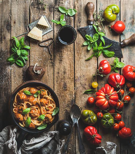 italian pasta spaghetti with tomato sauce and meatballs - weinsoße stock-fotos und bilder