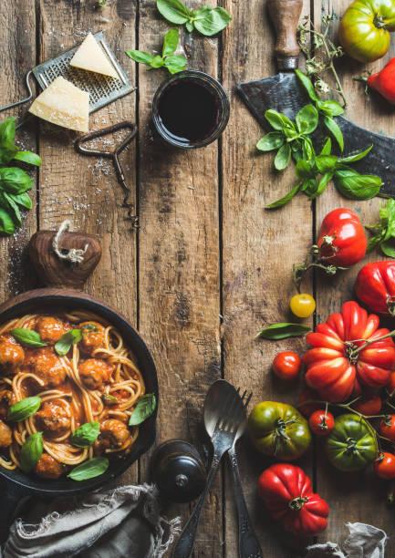 italienische pasta spaghetti mit tomatensauce und fleischbällchen - weinsoße stock-fotos und bilder