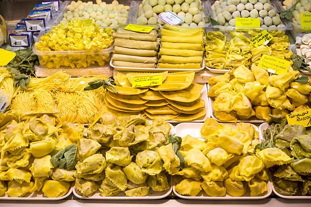 italienische pasta-spezialitäten - pasta deli stock-fotos und bilder