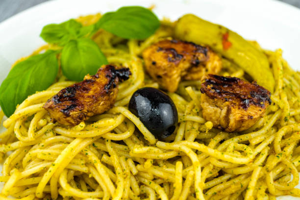 italienische pasta verde - rezepte mit hühnerfleisch stock-fotos und bilder