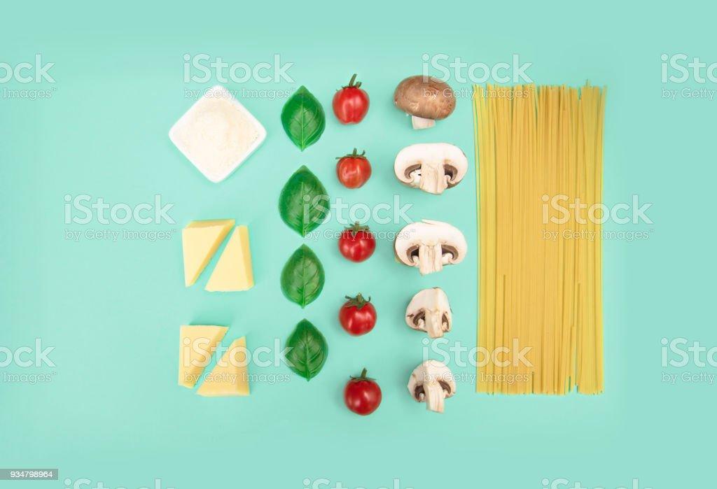 이탈리아 파스타와 토마토, grated 치즈와 바 질 - 로열티 프리 0명 스톡 사진