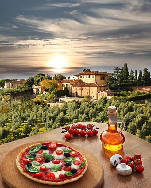 italienische pizza von villa in der toskana, italien - roten küchentische stock-fotos und bilder