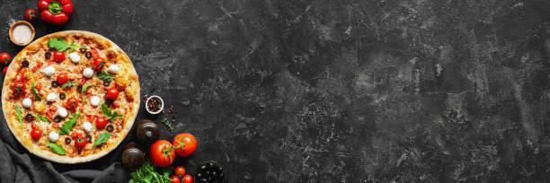 konkrete italienische pizza und pizza kochen zutaten auf schwarzem hintergrund - italienische speisekarte stock-fotos und bilder