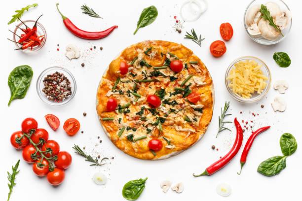 義大利比薩餅和在白色查出的各種成分 - 材料 個照片及圖片檔