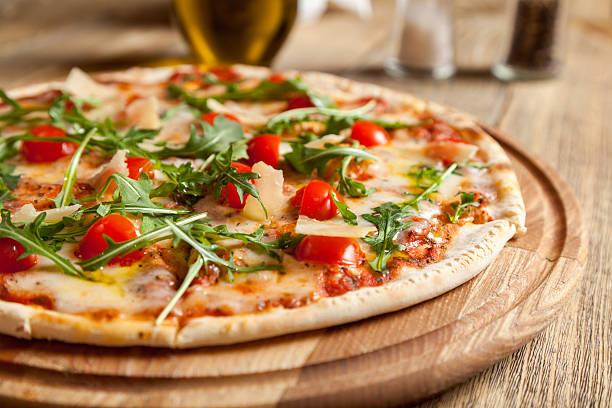 """italienische pizza """"capri"""" auf einem holztisch. - caprese salat stock-fotos und bilder"""
