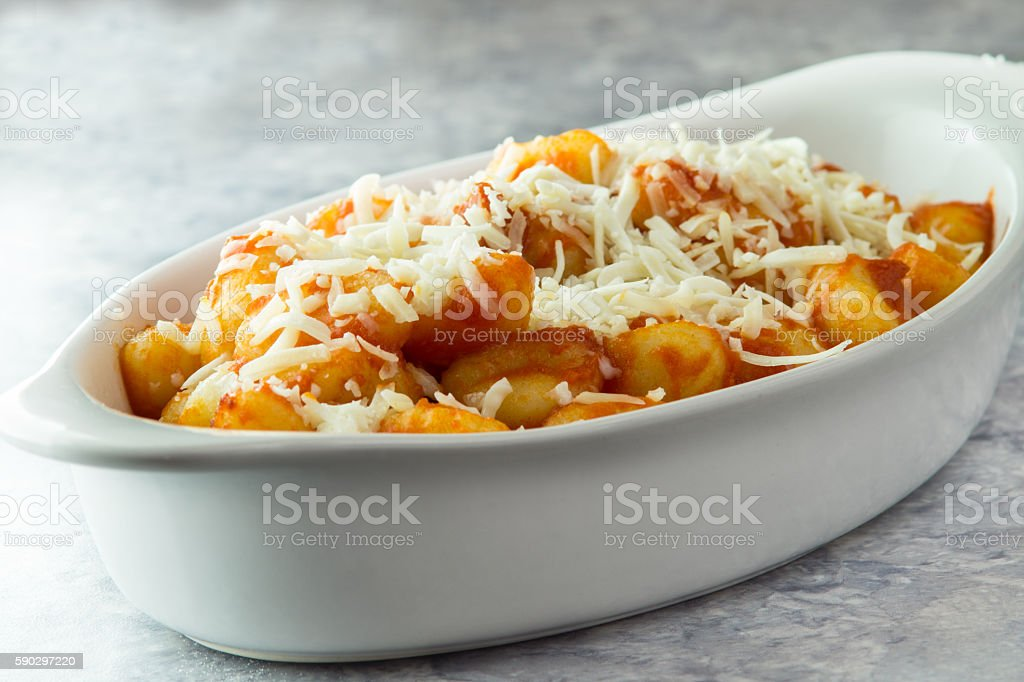 Italian Potato gnocchi with tomato sauce in bowl Стоковые фото Стоковая фотография
