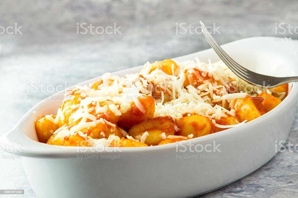 Italian Potato gnocchi with tomato sauce in bowl royaltyfri bildbanksbilder