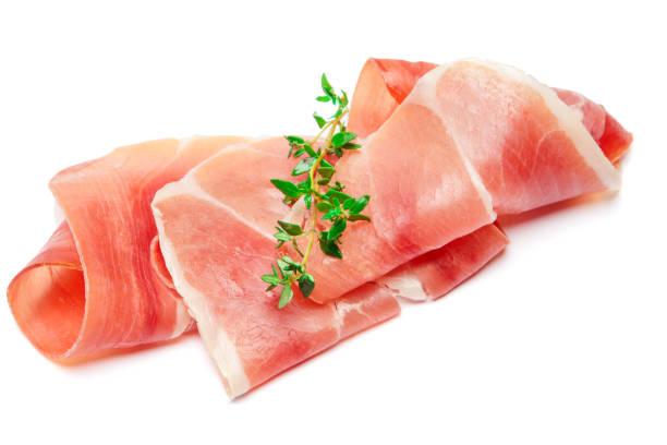 italienischen prosciutto crudo oder spanischen jamon. roher schinken auf weißem hintergrund. - thymian trocknen stock-fotos und bilder