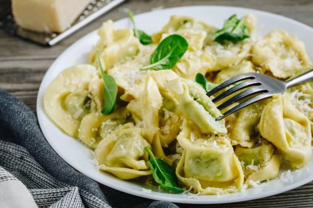 italienische ravioli pasta mit spinat und ricotta auf hölzernen hintergrund - ricotta stock-fotos und bilder